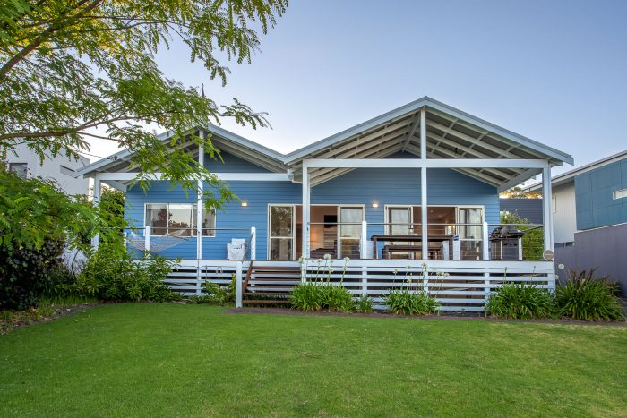 Nikabel Beach House, located in old Dunsborough, stroll to the shore